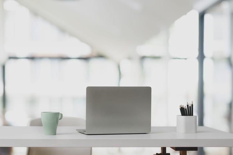 In 10 stappen de baan die echt bij je past - by bongkarn thanyakij - silver-laptop-in-white-wooden-table-3759098