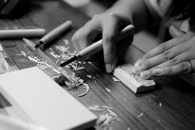 van je hobby je werk maken - by abby chung - grayscale-photo-of-person-carving-block-1297938