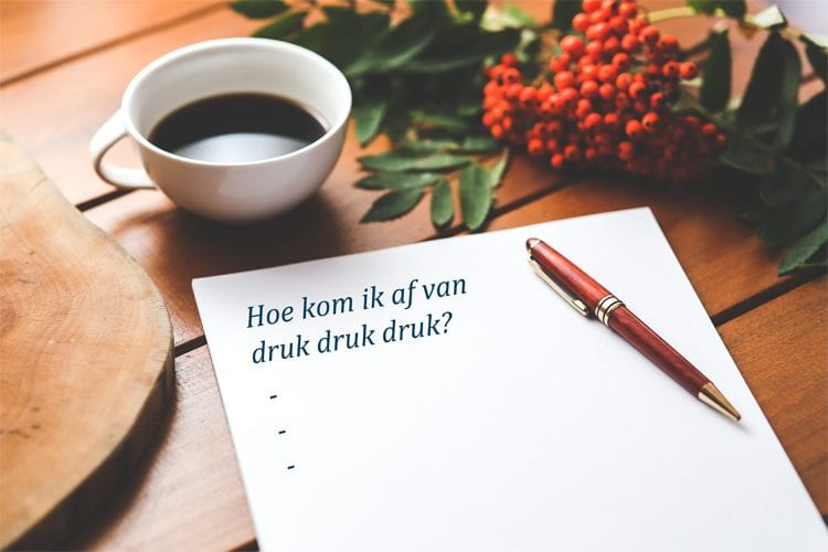 kop koffie met vraag op A4 en een pen