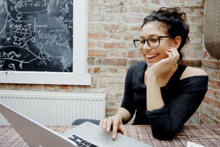 Young professional werkt aan CV en LinkedIn