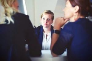 5 sollicitatietips om de baan te vinden die echt bij je past - by Tim Gouw - businesswomen-businesswoman-interview-meeting-70292