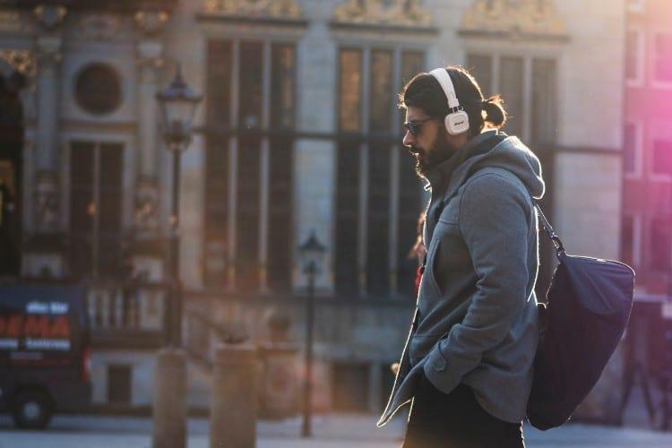 De 5 beste podcastseries voor jou als millennial - by Lukas Hartmann - man-in-gray-hooded-jacket-walking-on-gray-bricks-pavement-907526 (1)