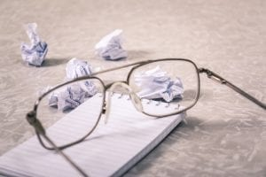Beslissing nemen vermijd deze 5 valkuilen - by Steve Johnson - close-up-photography-of-eyeglasses-near-crumpled-papers-963056