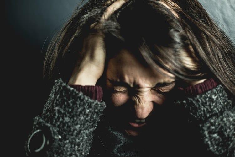 Fokking druk – zo bestrijd je stress in het dagelijkse leven - by David Garrison - woman-holding-her-head-2128817