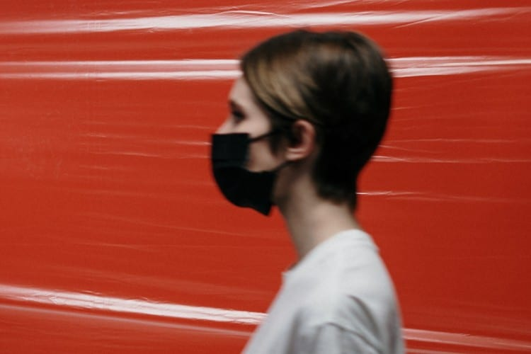 isolatie - Zo komt ons team de isolatietijd door - by cottonbro - side-view-of-a-woman-with-face-mask-3952199 (1)
