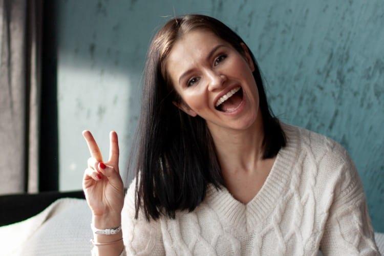 mindset - Hoe behoud je een positieve mindset in tijden van crisis - by daria rem - woman-in-brown-knit-top-1977047
