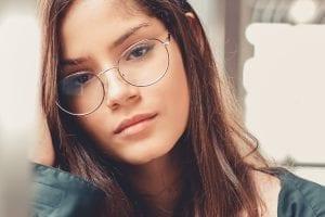 Verveling - de kunst van verveling - by Ana Carolina - photo-of-woman-in-eyeglasses-leaning-on-window-sill-2035606