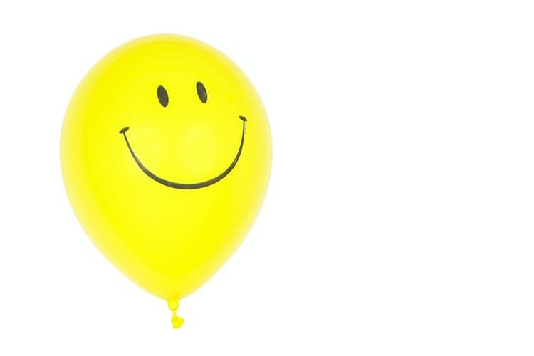 Dag van de Arbeid waarom werk een feestje is-by Polina Tankilevitch- yellow-smiley-balloon-with-white-background-3905773 (2) (1)