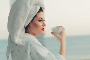 ochtendritueel - Dit levert een ochtendritueel jou op - by Gabriela Guerino - photo-of-woman-wearing-bathrobe-2462996 (1)