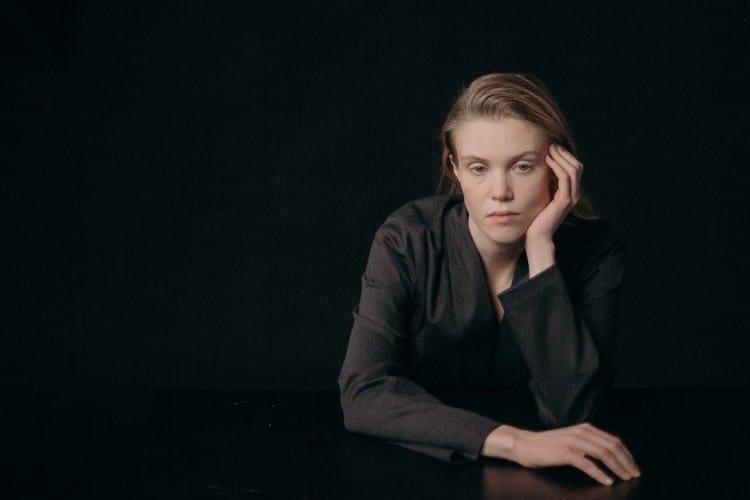onverwachte hanteren - Jitske Kramer Zo hanteer je het onverwachte - by cottonbro - woman-in-black-coat-sitting-at-a-table-3894544