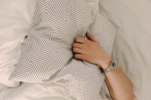 leven weer oppakken - Zo pak jij je leven weer op - by Daria Shevtsova - person-holding-gray-and-white-throw-pillow-1029801