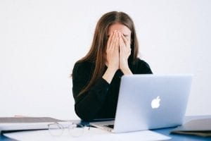 productivity guilt - millennials lijden aan productivity guilt - by Anna Shvets - woman-with-hands-on-her-face-in-front-of-a-laptop-4226215