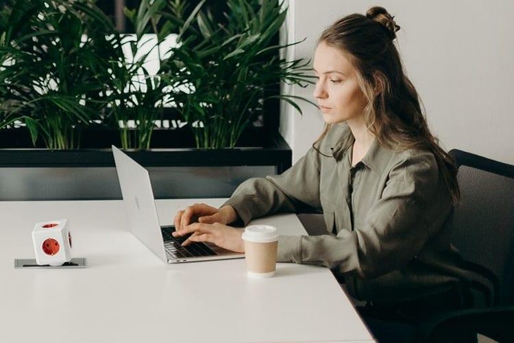 Ander werk - Als je ander werk zoekt maar niet weet wat je wilt - by cottonbro - photo-of-woman-sitting-on-chair-while-using-laptop-4065620
