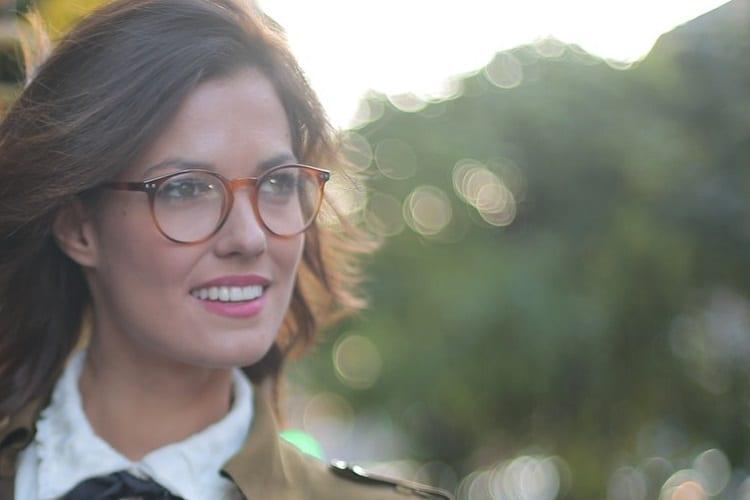 baan boeiend - 6 tips om je baan boeiend te houden - by Andrea Piacquadio - confident-gladful-adult-woman-in-glasses-walking-along-3774916