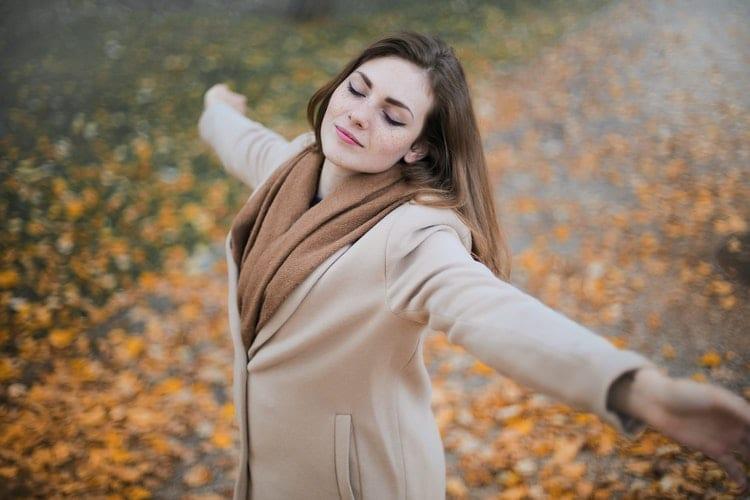 pleasen - stop met pleasen - by Andrea Piacquadio - woman-in-beige-long-sleeve-coat-standing-on-brown-leaves-3755021