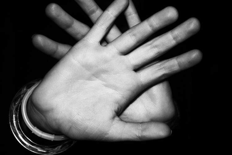 tips om nee te zeggen - 9 tips om nee te zeggen - by Josie Stephens - hands-black-and-white-fingers-palm-23008