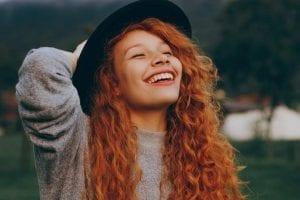 wat onderscheidt jou van anderen - sollicitatieserie - by Rafael Barros - woman-holding-her-hat-while-smiling-2130795