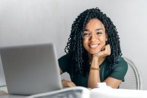 zo stimuleer je leren - zo stimuleer je leren in jouw organisatie - by Andrea Piacquadio - happy-ethnic-woman-sitting-at-table-with-laptop-3769021