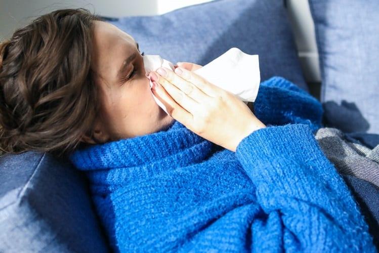3 tips voor een sterk immuunsysteem - by Polina Tankilevitch - woman-in-blue-sweater-lying-on-bed-3873179