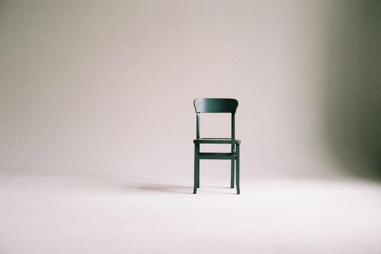 arbeidsmarkt blijft krap - by paula schmidt - green-wooden-chair-on-white-surface-963486