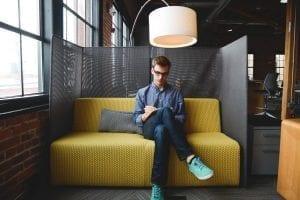 Millennials en bevlogenheid 3 Deze rol speelt de organisatie - by Startup Stock Photos- business-company-couch-coworking-7077