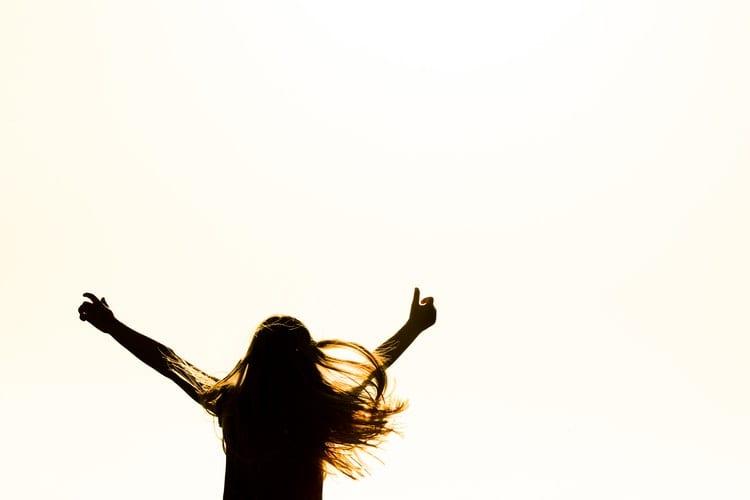 Multipotentialist - Van-onrustige-kantoortijger-naar-blije-multipotentialist-by Skitterphoto - silhouette-of-woman-raising-her-hands-615334